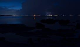 Drastischer Naturhintergrund - donnert im bewölkten Himmel über dem Meer Stockfotografie