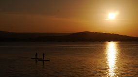 Drastischer orange Sonnenuntergang über dem Meer in England Lizenzfreie Stockfotografie