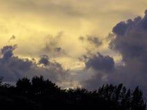Drastischer purpurroter und gelber Himmel lizenzfreie stockbilder