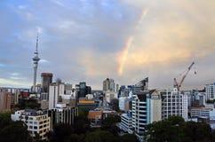 Drastischer Regenbogen in einer Regenwolke über Auckland-Skylinen Stockbilder