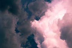 Drastischer roter Himmel mit stürmischen Wolken Lizenzfreies Stockbild