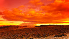 Drastischer roter Sonnenuntergang an der Wüste lizenzfreie stockbilder