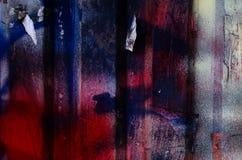 Drastischer Schmutz malte dunkelblauen und roten rostigen Garagentor, bakground Lizenzfreies Stockbild