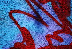 Drastischer Schmutz malte helle blaue Straßenwand mit roten Streifen Lizenzfreie Stockbilder