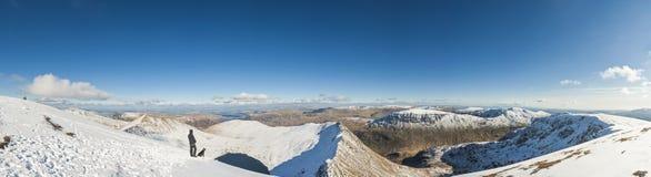 Drastischer Schnee bedeckte Berge, See-Bezirk, England, Großbritannien mit einer Kappe Lizenzfreie Stockfotografie