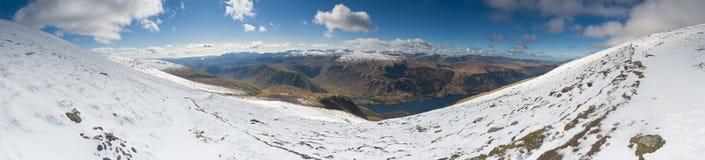 Drastischer Schnee bedeckte Berge, See-Bezirk, England, Großbritannien mit einer Kappe Stockfotografie