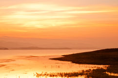 Drastischer Sonnenaufgang über Bambusfloss Lizenzfreie Stockbilder