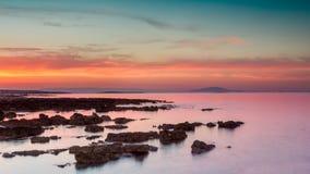 Drastischer Sonnenaufgang über dem Meer stockbilder