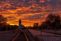 Drastischer Sonnenaufgang über dem Zugdepot in Boise Idaho mit Bahnen Lizenzfreies Stockfoto