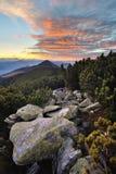 Drastischer Sonnenaufgang über den Bergen Lizenzfreies Stockfoto