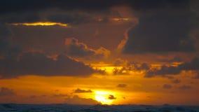 Drastischer Sonnenaufgang über Meereswogen Wolken stock video