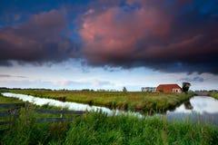 Drastischer Sonnenaufgang über niederländischem Ackerland Stockfotos