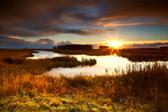 Drastischer Sonnenaufgang über See Stockbilder