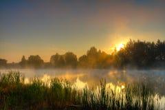 Drastischer Sonnenaufgang auf See Lizenzfreie Stockfotos