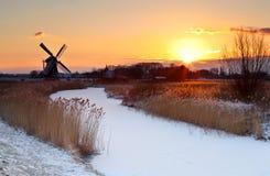 Sonnenaufgang durch Windmühle im Winter Lizenzfreie Stockfotografie