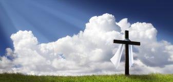 Drastischer Sonnenaufgang Panorama-Ostern Sonntag Morgen mit Kreuz auf Hügel Stockbild