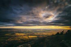 Drastischer Sonnenuntergang über britischer Landschaft lizenzfreie stockfotografie