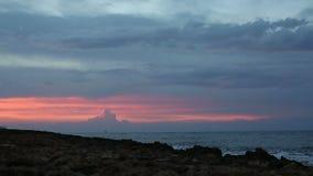 Drastischer Sonnenuntergang über dem Meer stock video