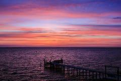 Drastischer Sonnenuntergang über dem Ton Stockbilder