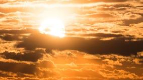 Drastischer Sonnenuntergang über den Sturm-Wolken und über Bäumen und Rohren der Anlage Geschossen auf Kennzeichen II Canons 5D m stock video