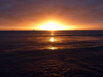 Drastischer Sonnenuntergang über den Wolken und Nachdenken über das pazifische OC Lizenzfreies Stockfoto
