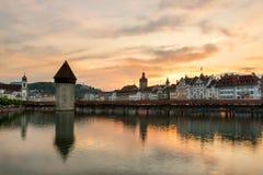 Drastischer Sonnenuntergang über der alten Stadt der Luzerne, der Kapellen-Brücke und Stockbilder