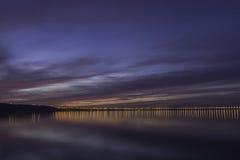 Drastischer Sonnenuntergang über der Wolga und Präsidentenbrücke, gelegen in Ulyanovsk Lizenzfreies Stockfoto