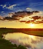 Drastischer Sonnenuntergang über Fluss Lizenzfreie Stockfotografie