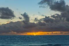 Drastischer Sonnenuntergang über Meereswogen Wolken Lizenzfreies Stockbild