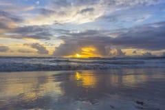 Drastischer Sonnenuntergang über Meereswogen Wolken Stockbild