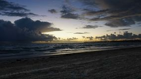 Drastischer Sonnenuntergang über Meereswogen Wolken stock video