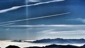 Drastischer Sonnenuntergang über moutain Bewölkter Himmel am Sonnenuntergang stockbilder
