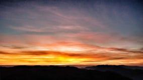Drastischer Sonnenuntergang über moutain Bewölkter Himmel am Sonnenuntergang lizenzfreie stockfotos