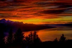 Drastischer Sonnenuntergang über See Genf Stockbild