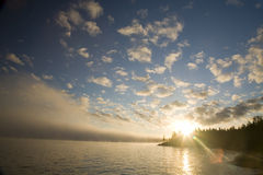 Drastischer Sonnenuntergang auf dem Ufer Stockfoto