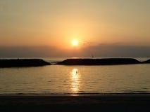 Drastischer Sonnenuntergang auf magischem Insel-Strand über dem Ozean mit Booten Lizenzfreie Stockbilder