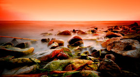 Drastischer Sonnenuntergang auf See stockbild