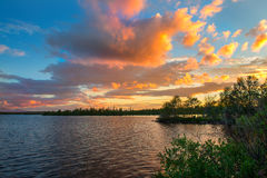 Drastischer Sonnenuntergang in der Arktis Die Sonne, die hinter dem Horizont, Farben die Wolken in einer sehr schönen Farbe sich  stockfotos