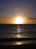 Drastischer Sonnenuntergang durch die Wolken und Nachdenken über den Pazifik Stockfotos