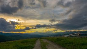 Drastischer Sonnenuntergang-Himmel in den Bergen stock footage