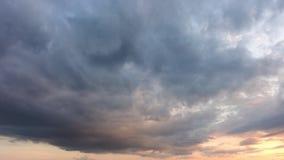 Drastischer Sonnenuntergang im Himmel stock video