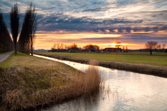 Drastischer Sonnenuntergang im niederländischen Ackerland Lizenzfreie Stockfotografie