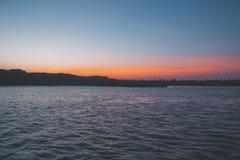 Drastischer Sonnenuntergang mit hellem Reflexionen weitem Bereich Lizenzfreies Stockbild