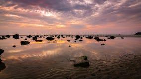 Drastischer Sonnenuntergang mit reflektieren Himmel im Wasser Lizenzfreie Stockfotografie
