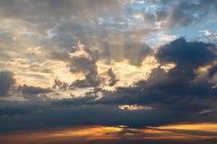 Drastischer Sonnenuntergang nahe Genua Stockbild