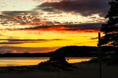 Drastischer Sonnenuntergang in norwegischem Fjord lizenzfreies stockbild