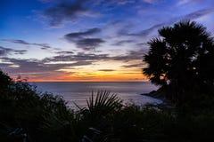 Drastischer Sonnenuntergang in Phuket, Thailand, Promthep-Kap Lizenzfreie Stockfotos