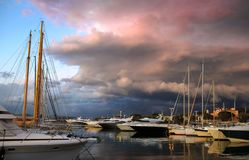 Drastischer Sonnenuntergang in St Tropez lizenzfreie stockfotografie