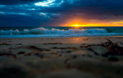 Drastischer Sonnenuntergang am Strand Lizenzfreies Stockbild