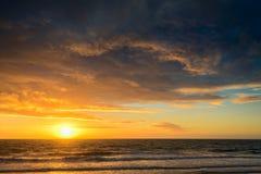 Drastischer Sonnenuntergang und Meer Lizenzfreie Stockbilder